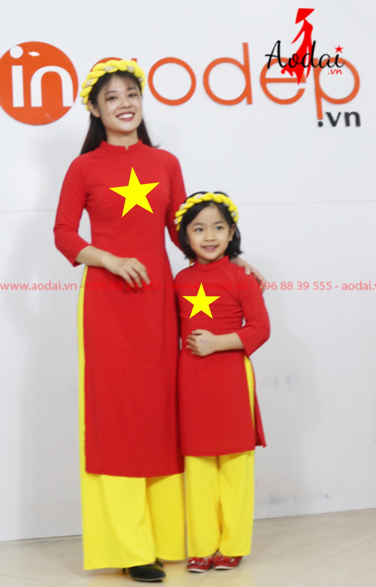 Áo dài cách tân cờ đỏ sao vàng cho mẹ và bé