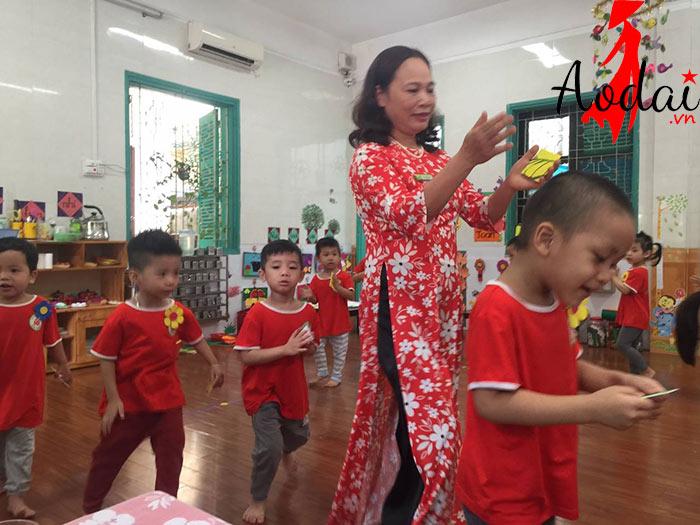 Áo dài giáo viên trường Mầm non Mùa Xuân Hà Nội | Ao dai giao vien dep